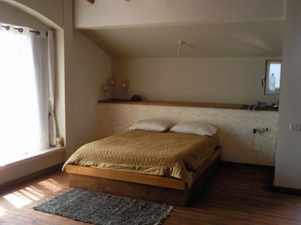 גב מיטה המשמש כחלל לאיחסון והמיטה בנויה  כבמה