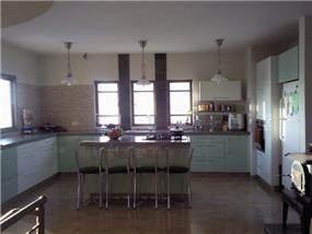 המטבח הוא לב הבית יצירת משטחי עבודה מרובים אי המשמש כדלפק אכילה, כאשר כל בני הבית מבלים יחד במטבח