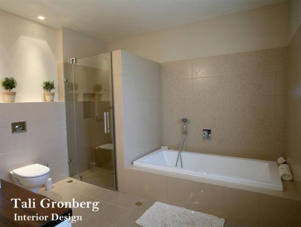 חדר אמבטיה מעוצב בקו נקי