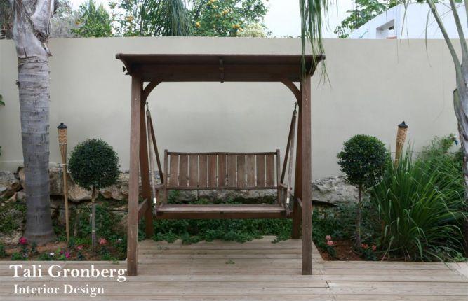פינה בחצר , נדנדת עץ, דק, צמחיה.