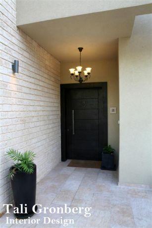 דלת כניסה לבית פרטי.