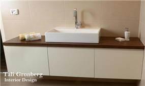 חדר אמבטיה מעוצב בקו נקי , כיור עליון מונח