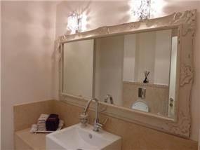 חדר אמבטיה בסגנון רומנטי בפנטהאוז בהוד השרון