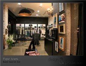 Pepe Jeans חנות מותגים עבור רשת עולמית, נמל תל אביב. מפגש בין קוים חדים ונקיים וסגנון רומנטי סנטימנטלי. עוצב על ידי סטודיו ארטישוק.