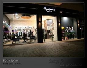 """Pepe Jeans חנות מותגים עבור רשת עולמית, נמל תל אביב. חזית החנות המעוצבת בתיאום עם קו העיצוב של סניפי הרשת בחו""""ל. עוצב על ידי סטודיו ארטישוק."""