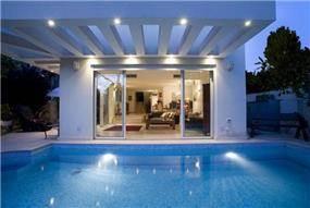 חזית הבית והפרגולה מכיוון הבריכה