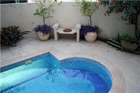 מבט לחצר ופינת ישיבה ליד הבריכה - וילה בהרצליה פ.