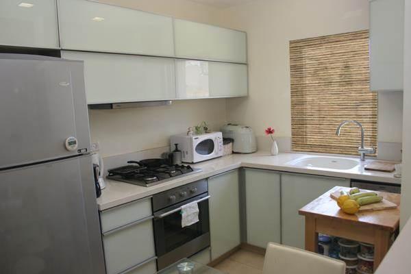 """דירת דופלקס בת""""א - מבט למטבח - מגורים לשגרירות יפן"""