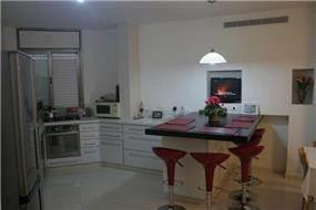 מטבח ואי ישיבה - דירת דופלקס בנווה עמל - הרצליה