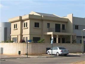 מבנה מגורים : מרתף + 2 קומות.