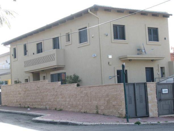 בית פרטי בן 2 קומות כ- 170 מ''ר. בקומת הקרקע ישנה כניסה צדדית המאפשרת חלוקה ליחידת דיור ..