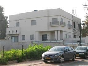 בית מגורים - קומת מרתף+ 2 קומות.