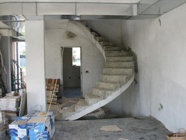 מהלך מדרגות עגול בקומת קרקע במבנה מגורים.