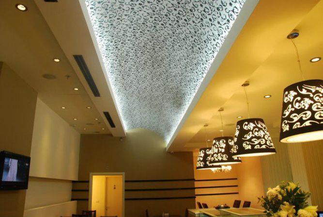מבט עילי על פינת אוכל וסלון בעיצוב מודרני ועכשווי. תאופיק סלים אדריכלות ועיצוב פנים