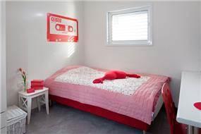 חדר נערה בצבעי לבן ואדום, עיצוב אסנת ברש