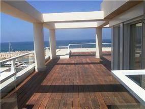 מרפסת מרוצפת דק עם נוף לים - גל אדריכלים
