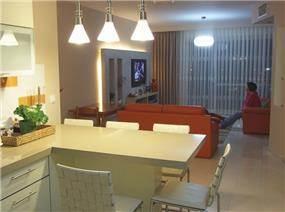 מבט מהמטבח לסלון.