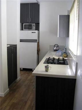 מטבח חצי פתוח בדירת 60 מ''ר בצפון תל אביב, תכנון רות קידר