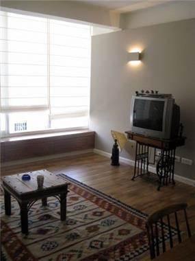 קיר תלוי בסלון לתחושת מרחב, תכנון רות קידר