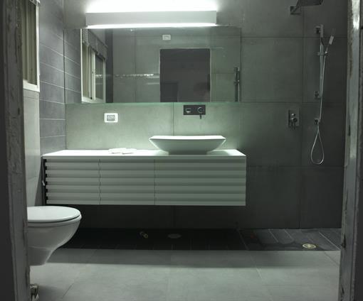 חדר אמבטיה בוילה במושב תל שחר בעיצובו של אלדד מיטלמן (צילום: רמי סולומן, כנרת לוי)