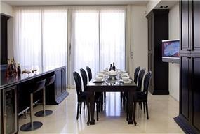 פינת אוכל + בר מטבח בבית בוילה נובל, בעיצובו של אלדד מיטלמן