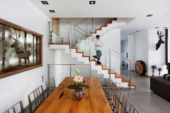 מבט לפינת אוכל ומדרגות