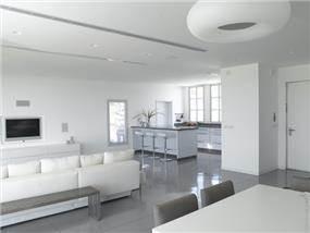 פינת אוכל ומטבח בוילה במושב תל שחר בעיצובו של אלדד מיטלמן (צילום: רמי סולומן, כנרת לוי)