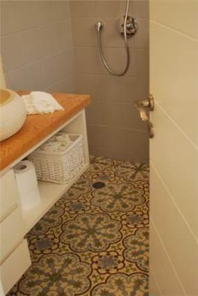 אמבטיה עם רצפה בסגנון רטרו