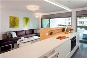 מבט מהמטבח אל הסלון, בעיצוב שחר רוזנפלד אדריכלים