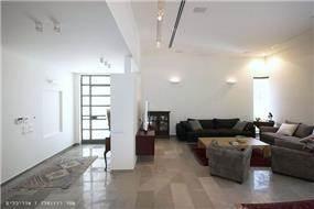 מבט לסלון ולמבואת הכניסה בבית פרטי בנווה מונוסון, יעל שחר אדריכלים