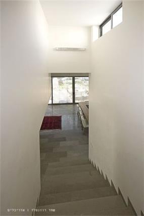 מבט מהמדרגות,  בית פרטי בנווה מונוסון, יעל שחר אדריכלים
