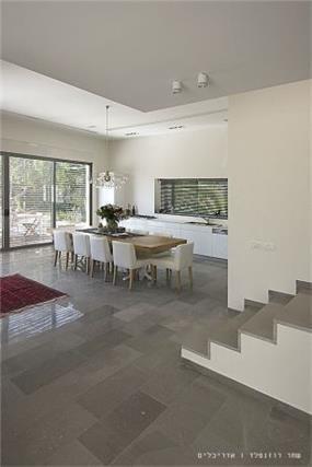 מבט לפינת האוכל והמטבח, בית פרטי בנווה מונוסון, יעל שחר אדריכלים