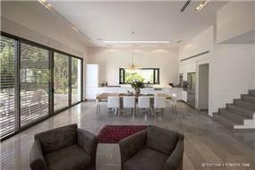 מבט לפינת האוכל והמטבח,בית פרטי בנווה מונוסון, יעל שחר אדריכלים