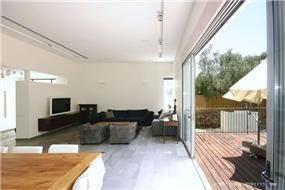 מרפסת וסלון בבית פרטי בנווה מונוסון, יעל שחר אדריכלים
