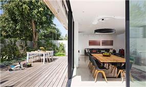 מבט לפינת אוכל וחצר, שחר רוזנפלד אדריכלים