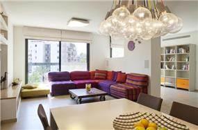 מבט לסלון ופינת האוכל בדירה בהרצליה, עיצוב קרן מזור
