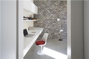 פינת עבודה בבית בנווה צדק בעיצובה של אדריכלית ורד בלטמן כהן