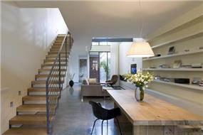 חלל מגורים בבית בנווה צדק בעיצובה של אדריכלית ורד בלטמן כהן