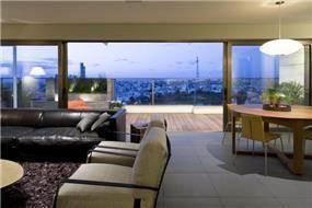 """חלל מגורים בפנטהאוס בת""""א בתכנונה של אדריכלית ורד בלטמן כהן"""