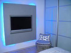 חדר ההורים ,קיר גבס עם תאורה אחורית ומקום לlcd