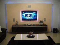 קיר גבס בגמר סטוקו, המכיל בתוכו את מערכת המולטימדיה הכוללת מערכות אודיו מתקדמות ומסך  LCD  מובנה, רמקולים מובנים ומזנון צף.