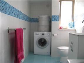 אמבטיה עם פס קישוט מפיספס כחול