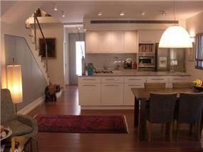 פינת אוכל ומטבח בקו ביתי וחם. עיצוב: בראון חלפין אדריכלים