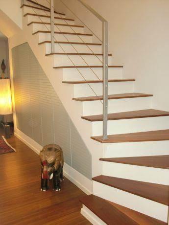 מדרגות הכוללות מרחב אחסון מתחתיהן.עיצוב: בראון חלפין אדריכלים
