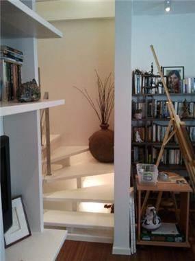 מדרגות לבנות בסגנון מודרני. עיצוב של בראון חלפין אדריכלים
