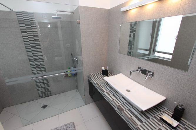 מקלחת הורים מקלחון זוגי בקו מודרני בתכנון ועיצוב של חגית  רוזנברג