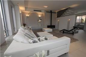חלל סלון מעוצב בשילוב אבן, עור וברזל - בתכנון ועיצוב של חגית רוזנברג