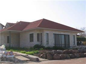בית אבן במולדת
