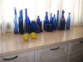 דופלקס - אוסף בקבוקים כחולים של בעלת הבית