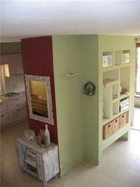 דופלקס - מבט על קיר כניסה, המפריד בין סלון למטבח